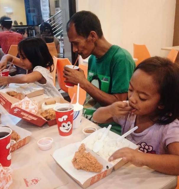 Gambar Bapa Lihat 2 Anaknya Makan Di Restoran Makanan Segera Jadi Viral