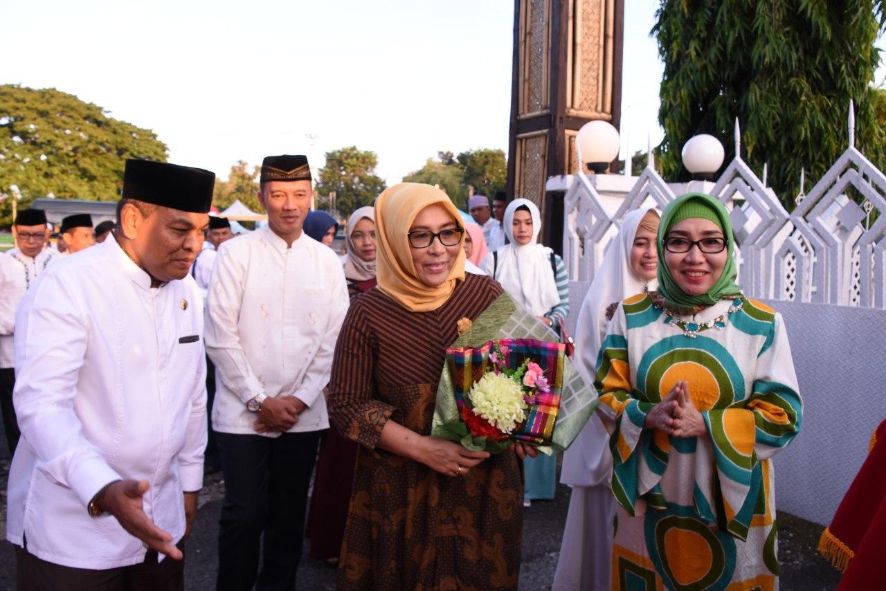 Safari Ramadhan di Bone, Ketua Persit KCK Pd XIV Hsn Bersama Petinggi Kodam XIV Hsn Disambut Bupati