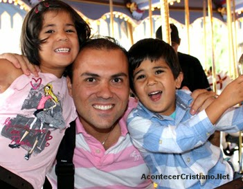 Pastor Saeed Abedini junto a sus hijos