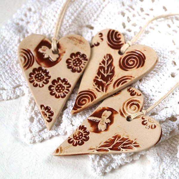 Trzy serduszka ceramiczne z motywem ważki