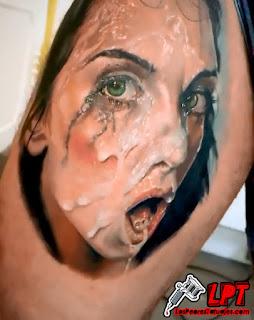 tatuaje mujer con la cara llena de esperma