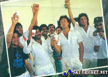 Pak team winning Sharjah cup in 1986 for first time