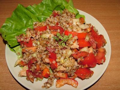 Sałatka z kaszą gryczaną i pomidorami