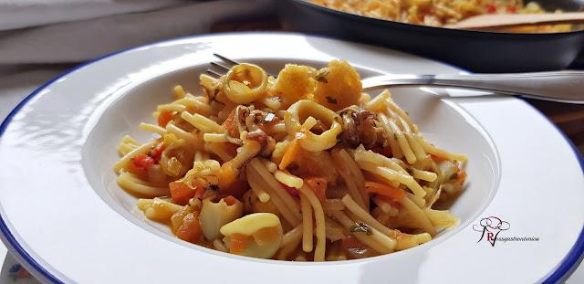 Cazuela de fideos, calamar y coliflor