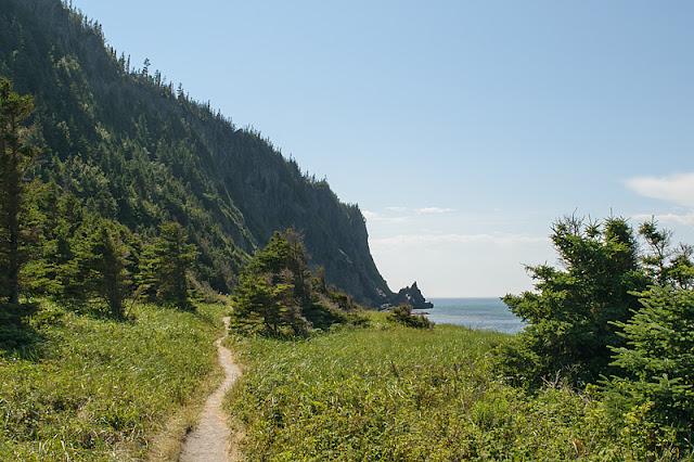 Le sentier devant les falaises du Cap-à-l'Orignal