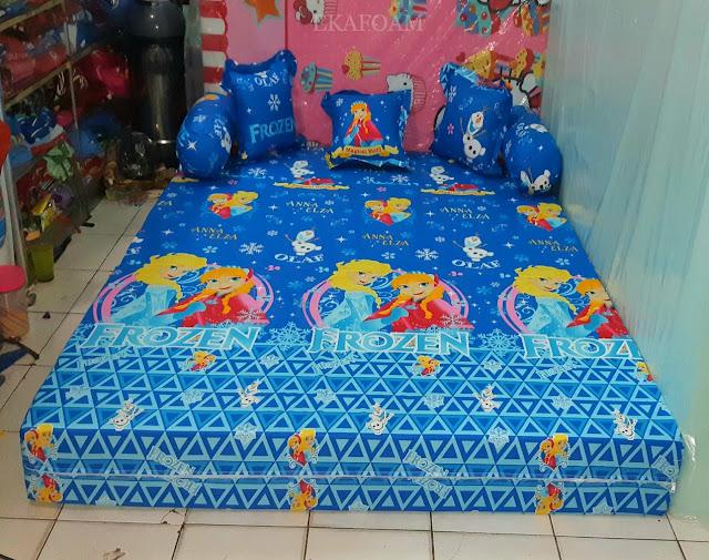 Sofa bed inoac motif anna elza biru saat di fungsikan sebagai kasur