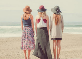 Trois filles regardant la mer