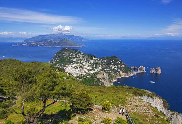 Vista do topo do Monte Solaro na Ilha de Capri