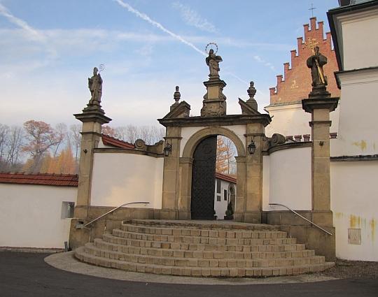 Szczyrzyc. Wejście do klasztoru Cystersów.