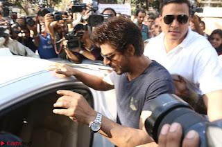 Shah Rukh Khan and Sachin Tendulkar Cast Their Vote For Bmc Election 2017 04.JPG
