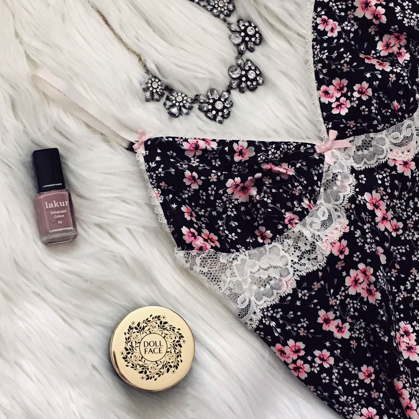 How to Create the Perfect Flatlay by popular California style blogger Lizzie in Lace