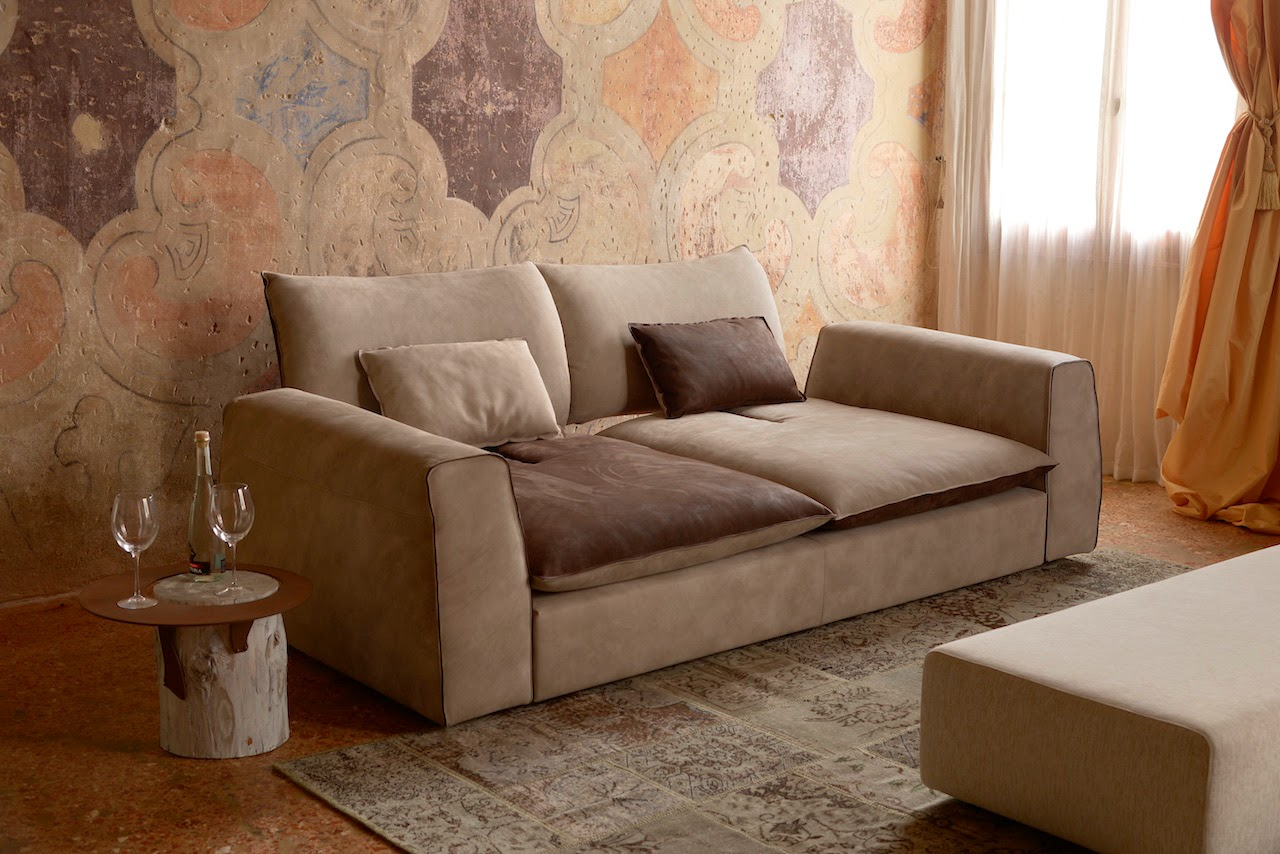 Ideebygobbo arredare un ambiente classico con un divano for Arredamento salotto classico