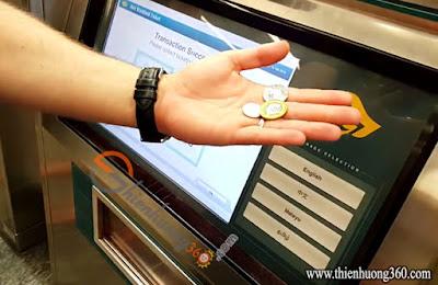 Nhận tiền thối từ máy General Ticketing Machine