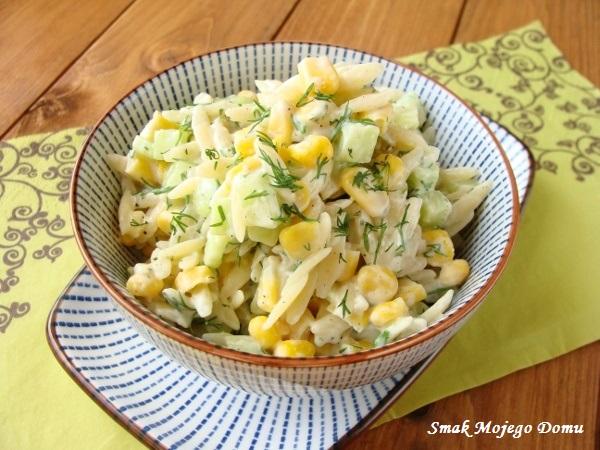 Sałatka makaronowa z ogórkiem, kukurydzą i koperkiem