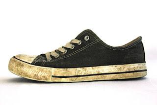 3 fungsi dan manfaat sikat gigi bekas-pembersih sepatu kotor dan pengganti sikat sepatu
