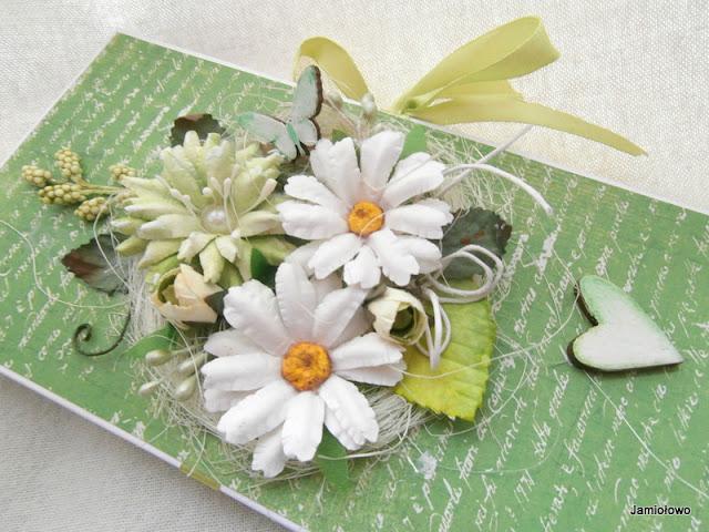 kompozycja kwiatowa na czekoladowniku