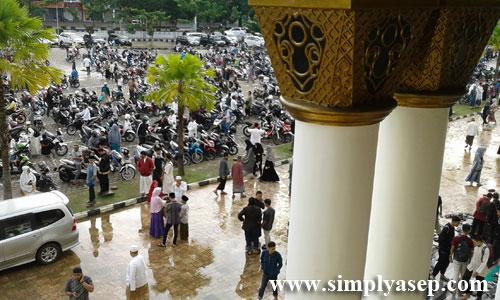 LAUTAN MANUSIA : Ribuan jamaah seperti lautan manusia saat usai menhhadiri Subuh Akbar berjamaah  bersama Ustad Yusuf Mansur Foto Asep Haryono