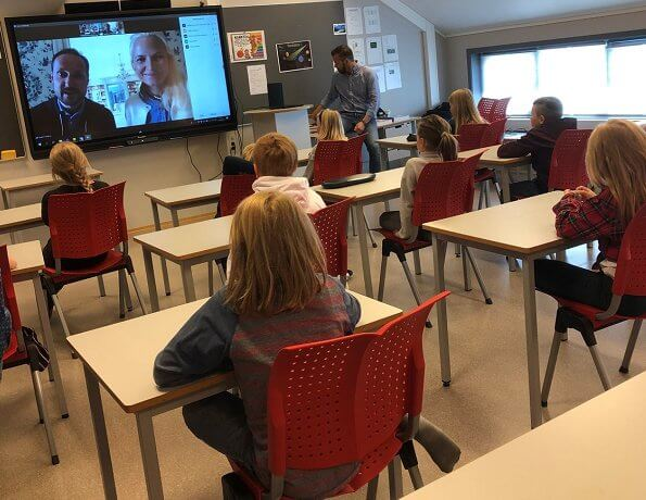 Crown Prince Haakon and Crown Princess Mette-Marit spoke with 19 children from the Fjellgardane Primary School
