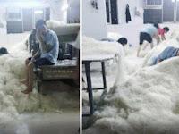 Foto Pekerja Pabrik Menginjak-Injak Bihun Sebelum Dipasarkan Beredar, Bikin Geram Netizen. Tolong di Share