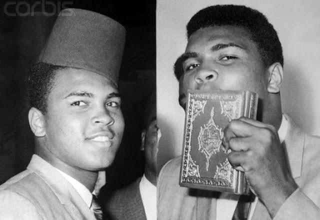 Muhammed Ali Kur'an'ı öpüyor