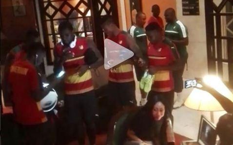 Quand des Lions reprennent le titre de MHD devant Roger Milla (Vidéo)