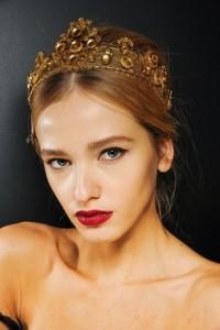 Das Haar mit einer hellbraunen Farbe wurde in der Mitte gekämmt und dann vom Rücken abgerissen. Dann fixierte Krone Perlen, um luxuriös aussehen und die Aufmerksamkeit der Gäste, die Sie sehen.