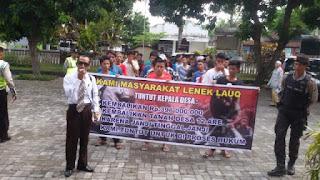 Puluhan Warga Lenek Lauk Demo Inspektorat Lotim