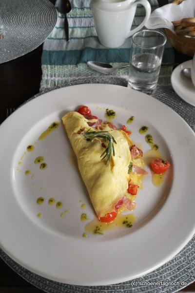 Omelette mit Speck und Kirschtomaten in Addo in Südafrika