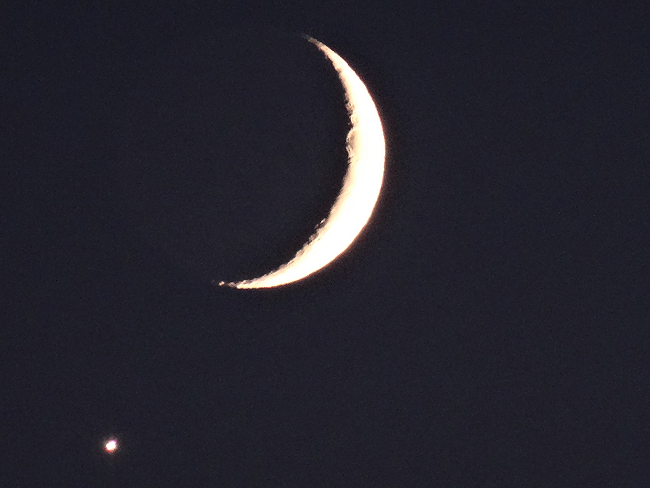 Crescent moon in Vancouver, photo by Osamu Kobayashi 2018
