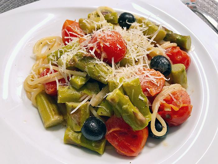 Spaghetti mit grünem Spargel und Cherrytomaten