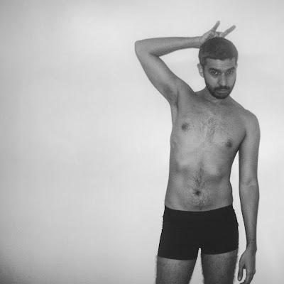 Foto artística, sexy y simbólica por Sir Helder Amos en boxers semi desnudo