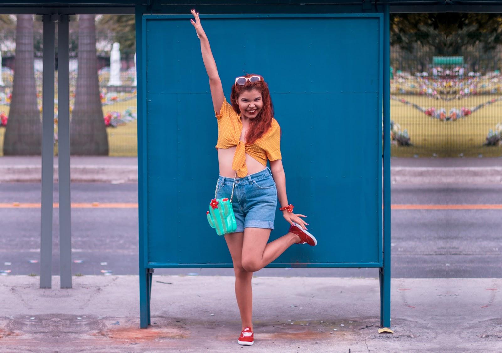 Look vintage blusa nózinho mostarda de bolinhas, shorts jeans, tênis vermelho keds, look paleta mostarda - vermelho