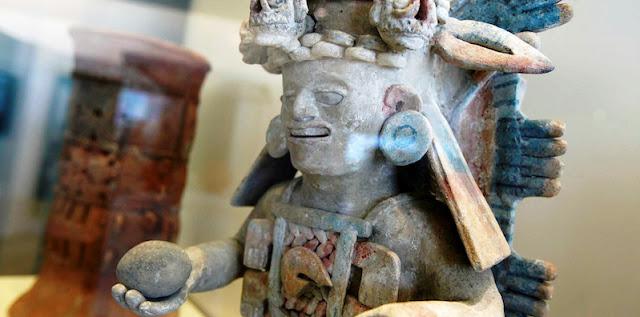Este é o lugar perfeito para quem quer aprender sobre as tradições culturais e regionais de Cancún. A nossa dica é: visite o museu antes de ir visitar sítios arqueológicos como Chichén Itzá em Cancún, pois assim você terá uma base para a sua exploração. O Museu Maia em Cancún ocupa um espaço com cerca de 409 metros quadrados e foi o primeiro museu arqueológico na região afim de preservar e divulgar a cultura pré-hispânica. Além do museu, ao lado, há as ruínas do sítio arqueológico de San Miguelito, um conjunto com cerca de 80 hectares.  Conheça o incrível Museu Maia em Cancún que preserva toda a história mexicana. Muitos sabem que a cidade de Cancún é uma das mais queridinhas dos turistas por possuir belíssimas praias e paisagens. O que muitos não sabem é que a região da península Yucatan em que ela está inserida foi considerada o coração do poderoso império maia. Por isso, Cancún contém muitas tradições e resquícios da história maia e muitas destas estão a mostra no Museu Maia em Cancún. Este museu foi inaugurado em 2012 e possui três amplos espaços moderno que exibem cerca de 350 objetos maias. Descubra a cultura e as tradições desta antiga civilização incluindo o Museu Maia em seu roteiro do que fazer em Cancún. Museu Maia em Cancún no México Conhecendo o Museu Maia de Cancún Conheça o incrível Museu Maia em Cancún que preserva toda a história mexicana. Muitos sabem que a cidade de Cancún é uma das mais queridinhas dos turistas por possuir belíssimas praias e paisagens. O que muitos não sabem é que a região da península Yucatan em que ela está inserida foi considerada o coração do poderoso império maia. Por isso, Cancún contém muitas tradições e resquícios da história maia e muitas destas estão a mostra no Museu Maia em Cancún. Este museu foi inaugurado em 2012 e possui três amplos espaços moderno que exibem cerca de 350 objetos maias. Descubra a cultura e as tradições desta antiga civilização incluindo o Museu Maia em seu roteiro do que fazer em Cancún. Museu Ma