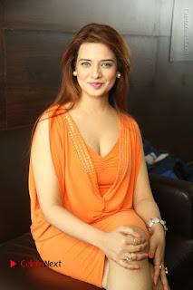 Actress Saloni Aswani Pos in Short Dress at Meelo Evaru Koteeswarudu Movie Interview  0160.JPG