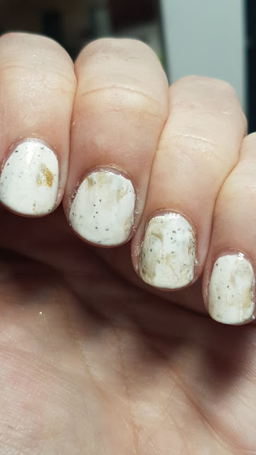 smooshy nails, marble look, nails, nail art, gold and cream