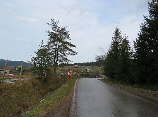 Szosa przez wieś Łętowe.