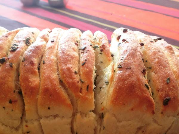 Хляб с мащерка, розмарин и чесън