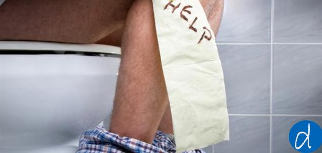 علاج البواسير في البيت تصنف البواسير من المشاكل التي قد يعاني منها الشخص، و تسبب له ٱلام شديدة، سواء تعلق الأمر بالبواسير الخارجية،  أو البواسير الداخلية، فكلا النوعين تسبب مشاكل صحية للشخص المصاب، فمرض البواسير يتكون بالأوردة المتواجدة في فتحة الشرج و المستقيم، بحيث أنها تصاب بالتهابات مما يتسبب في انتفاخ بمنطقة الشرج،  أما العوامل التي قد تتسبب بمرض البواسير،  فأغلبها التاريخ العائلي للشخص المصاب،  كما أن الإمساك أيضا يساهم في بالبواسير،  و أيضا عدم إتباع نظام صحي غني بالألياف، و رفع الأثقال، و الإصابة بمشاكل السمنة المفرطة، الجلوس لفترات طويلة و قلة النشاط البدني، و الحمل أيضا، و البواسير نوعان: بواسير داخلية، أو بواسير خارجية، بحيث أن البواسير الداخلية تتكون بالمستقيم، أما البواسير الخارجية،  فهي تتشكل بفتحة الشرج. إن مسببات البواسير كثيرة و متنوعة،  و لكن أغلب اعراض البواسير تكمن في تكون جلطات الدم بفتحة الشرج، أو حدوث نزيف أثناء عمل الأمعاء، أو حدوث تهييج بمنطقة الشرج، كما أن دخول الحمام بدون وجود براز يسبب مرض البواسير، فإذا تهاونت على علاج البواسير لفترة طويلة، فهذا قد يتسبب لك في مشاكل صحية أخرى، كالإصابة بسرطان القولون، أو فقدان الدم المزمن، و لكن من حسن الحظ،  يمكنك علاج البواسير في البيت، دون الحاجة إلى زيارة طبيب مختص، و ذلك بإستخدام أعشاب طبيعية و مواد طبيعية لها تأثير إيجابي في علاج البواسير بالاعشاب. و فيما يلي سنقدم لكم  طرق علاج البواسير بالاعشاب بالمنزل : علاج البواسير: • الثلج: من النصائح الأولى للأشخاص المصابين بالبواسير، التي يمكنك الاعتماد عليها لتخفيف ٱلام البواسير، و هي إستخدام الثلج أو الجليد، و أما طريقة استخدامه فهي بسيطة،  فكل ما عليك هو أخذ قطعة من الثلج ثم قم بلفها بقطعة قماش نظيفة، ثم قم بتركها بمنطقة الشرج لمدة 10 دقائق، فهذا يساعد الأوردة على الانكماش، كرر هذه العملية بشكل يومي، لكي تحصل على نتائج إيجابية، و في نفس الوقت تخفيف ٱلام البواسير بشكل طبيعي. • الألوفيرا أو الصبار:تعد الألويفيرا من المكونات الطبيعية، التي لها القدرة على علاج البواسير بشكل طبيعي، و ذلك لأنها تحتوي على خصائص مضادة للالتهابات، التي تساعد في تخفيف من حدة تهييج الشرج، فيمكن للشخص المصاب أن يستعملها سواء كان مصاب بالبواسير الداخلية، أو البواسير الخارجية.        