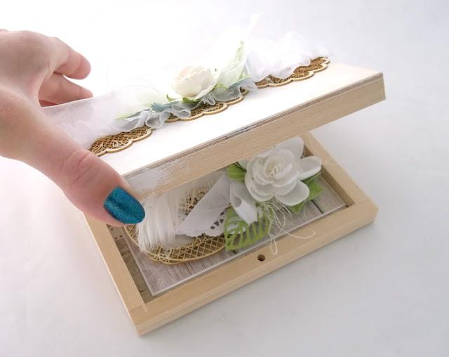 Kartka w drewnianym pudełku