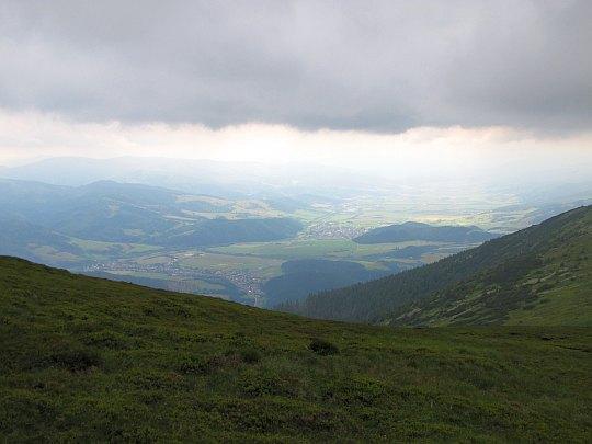 Dolina Hronu. Widoczne są trzy wioski, kolejno od najbliższej: Pohorelá, Heľpa, Závadka nad Hronom.