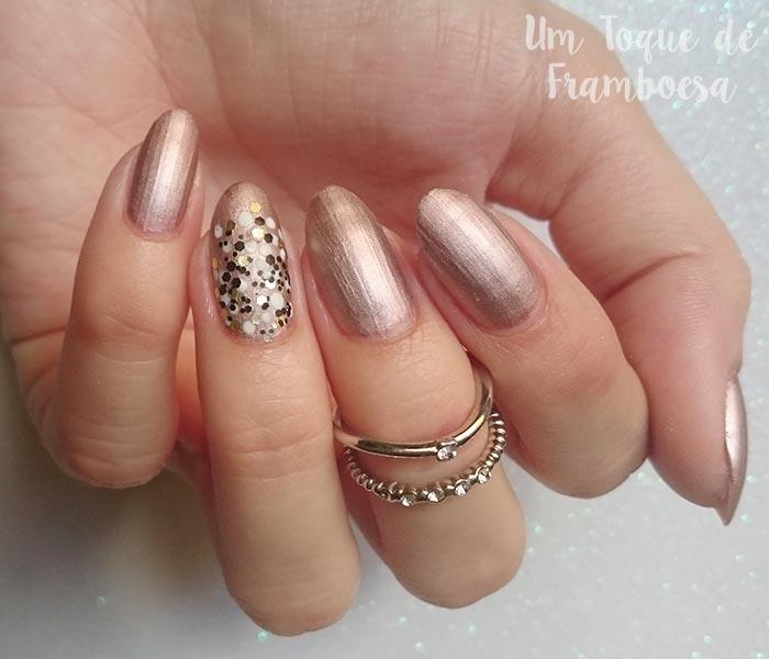 Inspiração de unhas decoradas simples para o ano novo com esmalte metálico e glitter