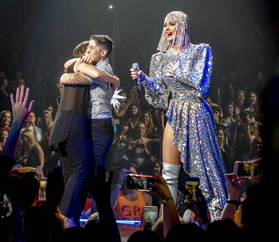 OMG!! Katy Perry Helps A Lesbian Couple Get Engaged