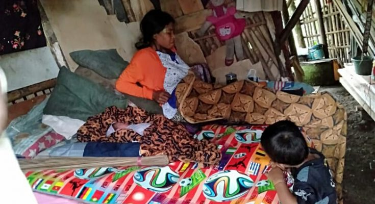 Kisah Pilu Keluarga Miskin Tinggal Di Gubuk Reyot - potretbogornews com
