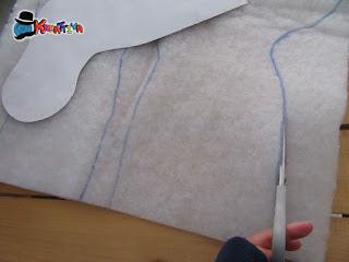 disegno e taglio calza su imbottitura di ovatta
