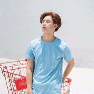 áo phông màu xanh dương lợt