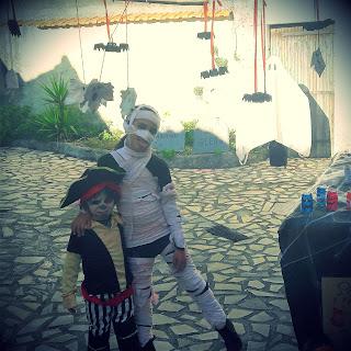 joyeux halloween tuto diy décoration en famille enfant suspension fantomes extérieur pirate momie