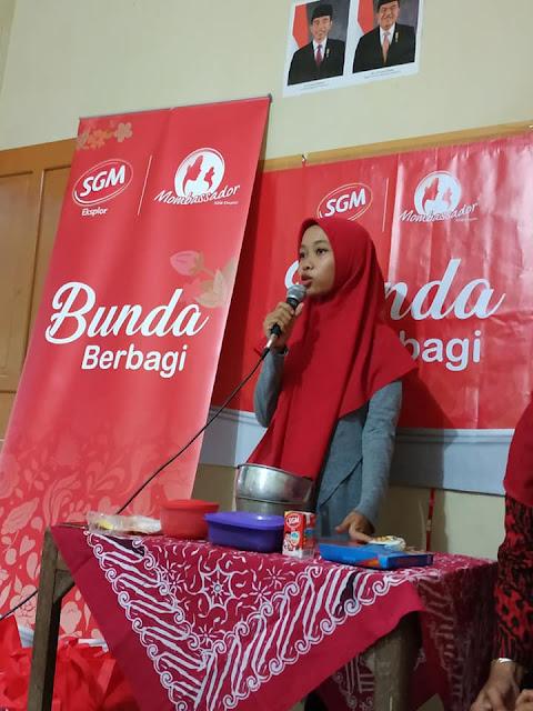 demo pembuatan cemilan bernutrisi dari bahan susu, roti dan coklat oleh Rahafattri Ariya Fauzannissa yang akrab dipanggil mba Eva.