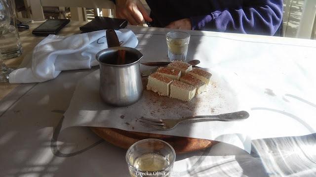 grecka tawerna na stole gorące raki, chałwa w cynamonie , kieliszki