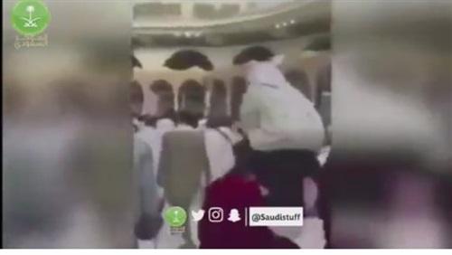 شاب مصرى يحمل عجوز على كتفه ويطوف بها حول الكعبة