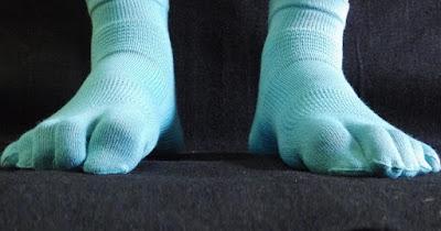 足の指を地面をぐっと掴む様に曲げる方法